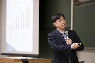 社会経済学入門/横川 太郎 准教授の授業の様子